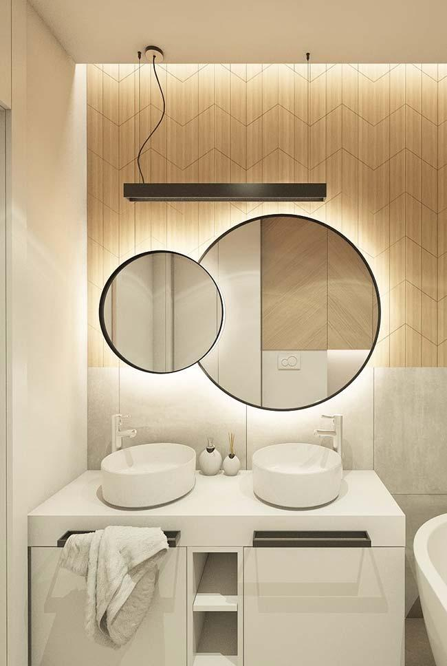 Round mirror in modern decor