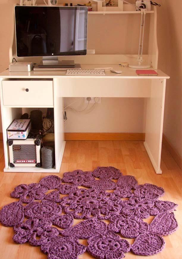 round crocheted rug leaves the atmosphere more cozy