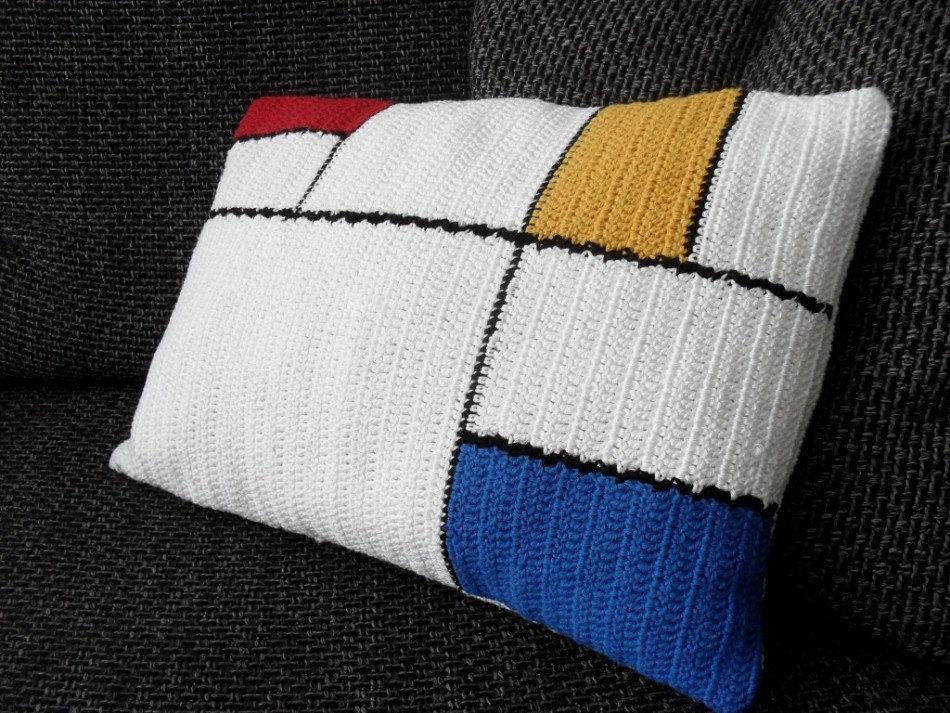 Cushion-of-croche-with-drawing-11