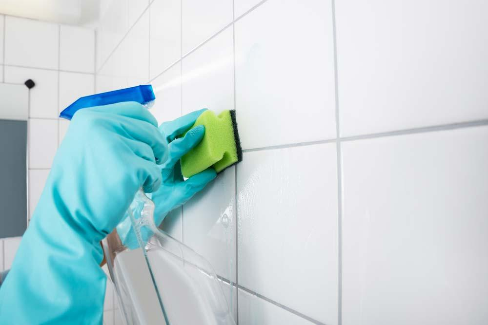 How to Clean Bathroom Tile with White Vinegar