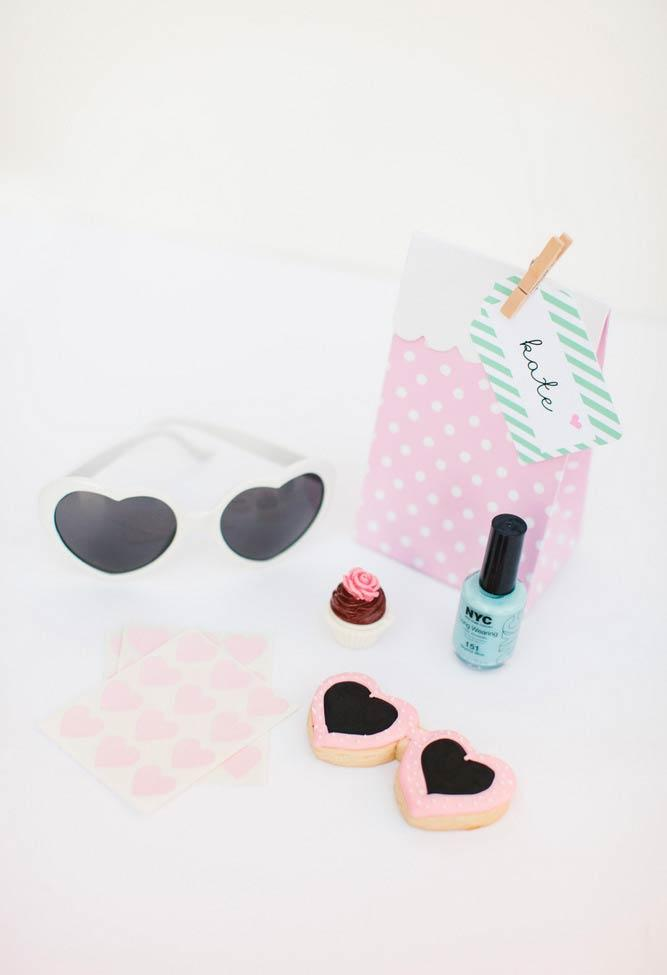 Sweethearts and accessories for the best friends
