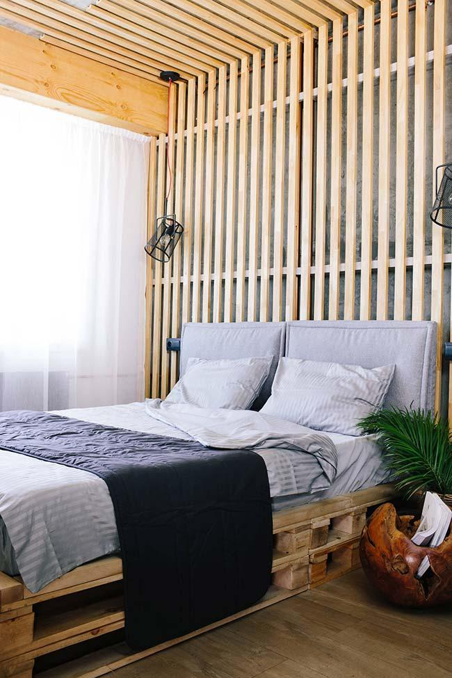 Pallet wall on the ceiling and behind the bed
