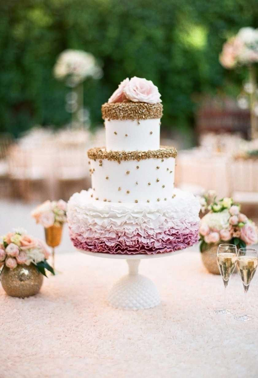 Pink, off-white and golden on cake decoration