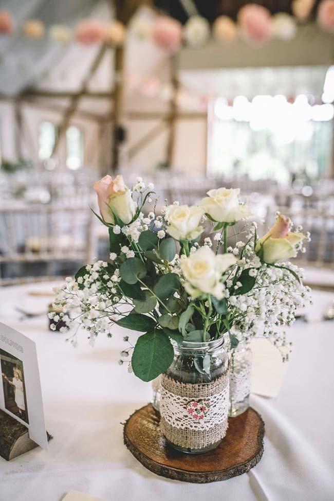 Do-it-yourself wedding decoration: glass jars, jute and lace