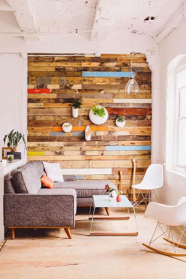 Decoration with colored pallet wall