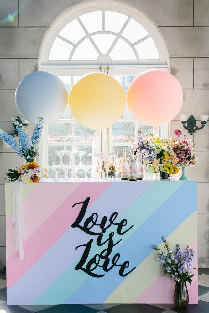 Crayons in wedding decoration 2018