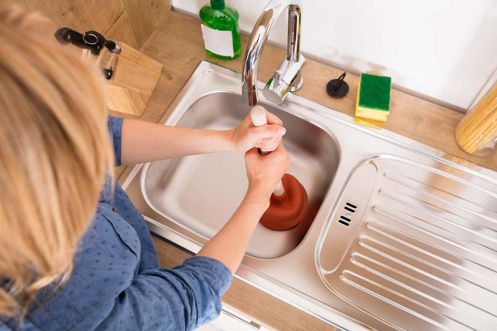 How to unclog sink: using rubber popper