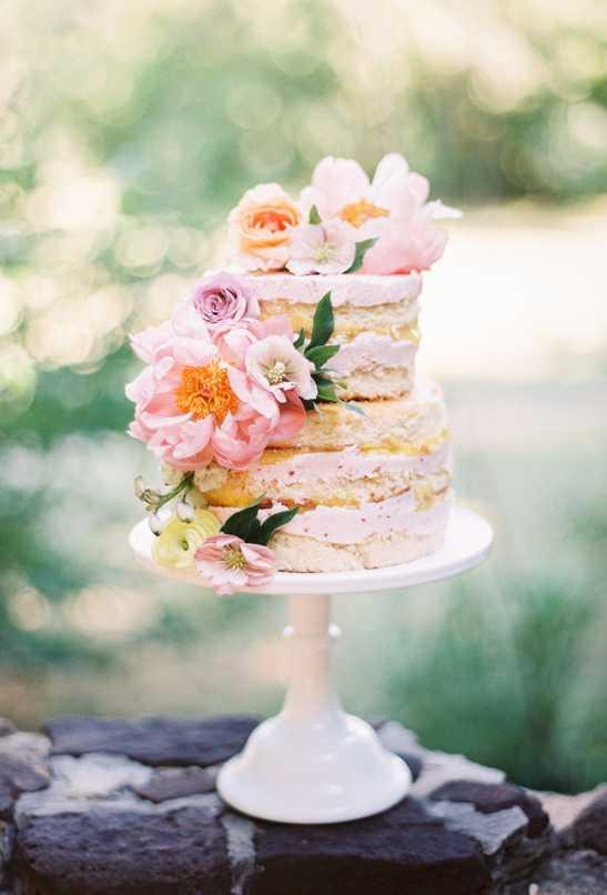 Cake that accompanies the engagement style
