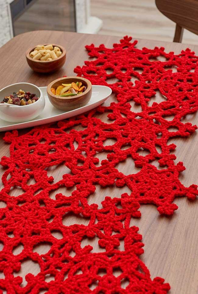 Red as a highlight on the crochet table path