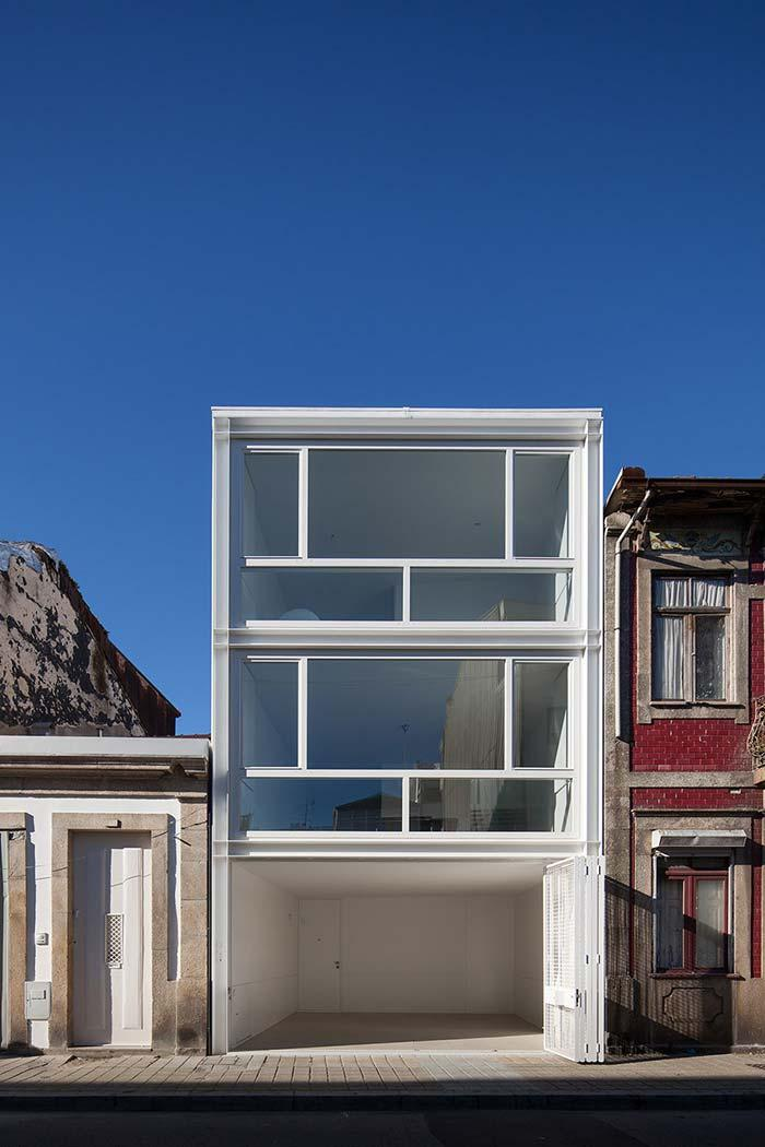 Aluminum gate and window frames guarantee the visual identity of the house