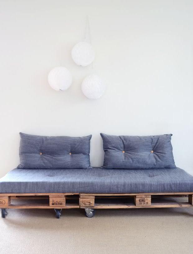 Sofa with pallet with backrest