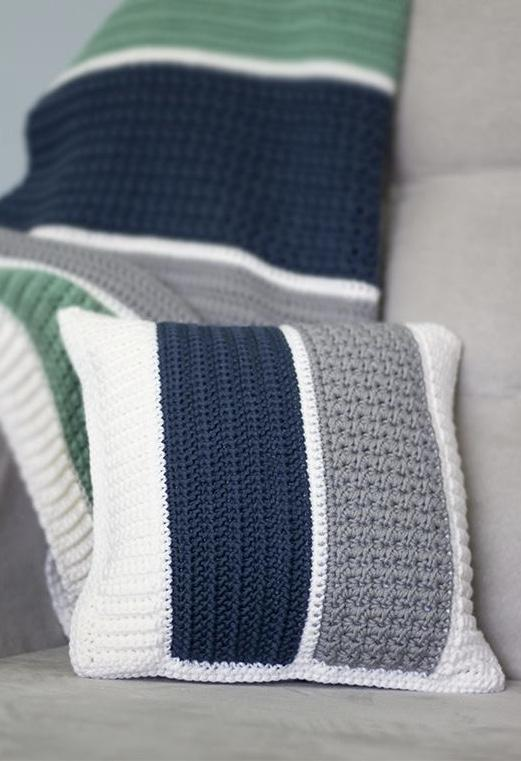 Different colors on the crochet cushion cover