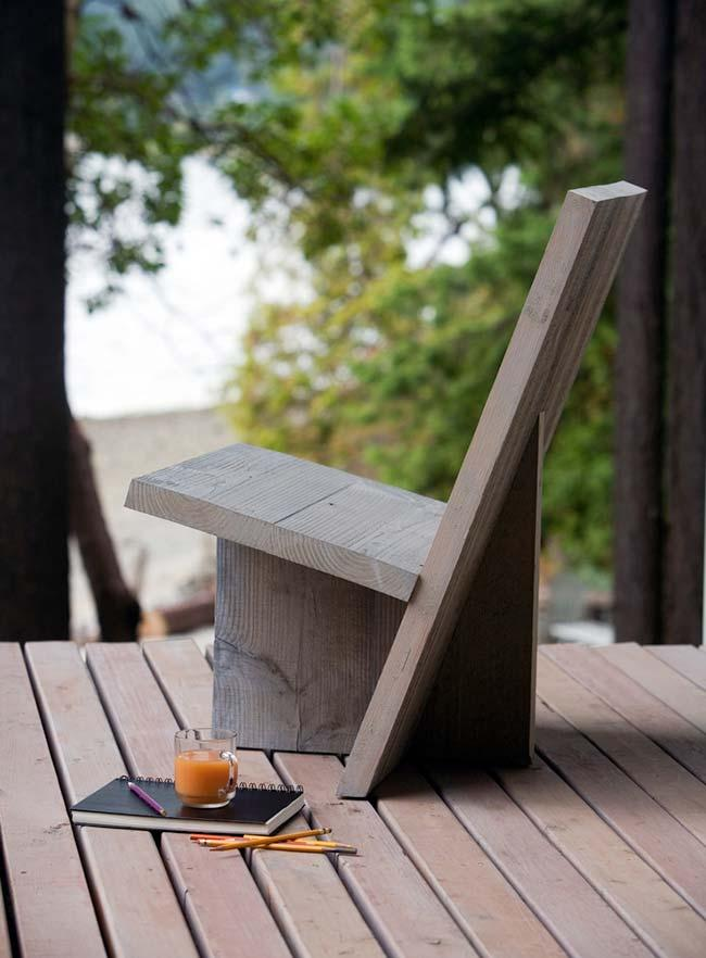 Pallet armchair with minimalist design