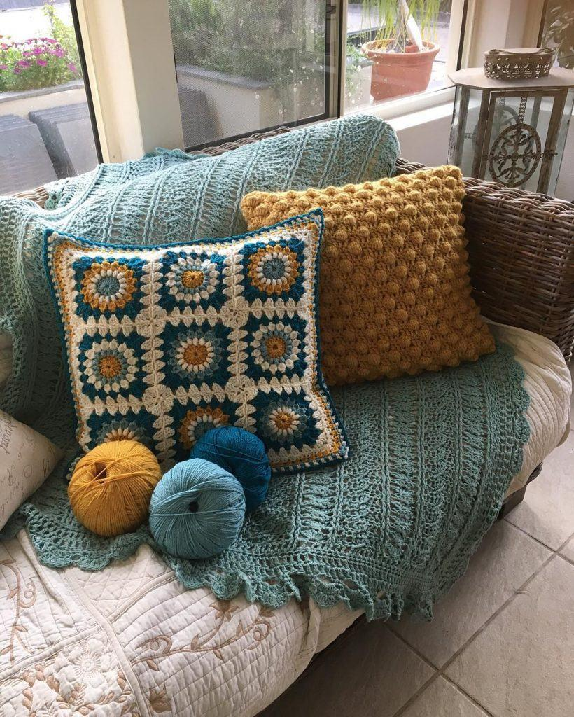 Cushion-of-croche-with-flowers-9