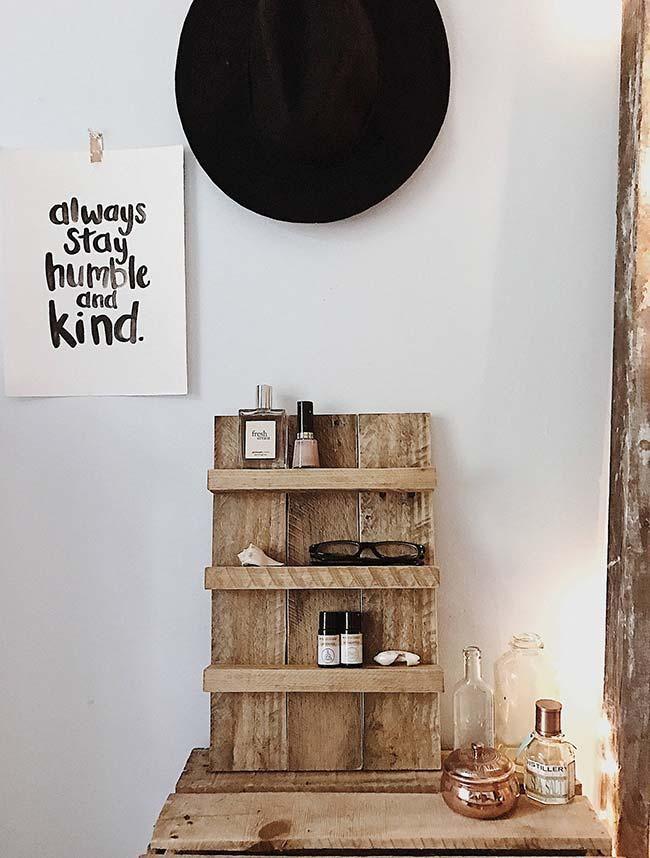Simple shelf made of pallets to organize objects in the room