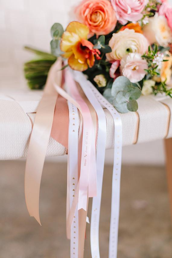 DIY: Bridal bouquet tied with satin flowers of varying sizes