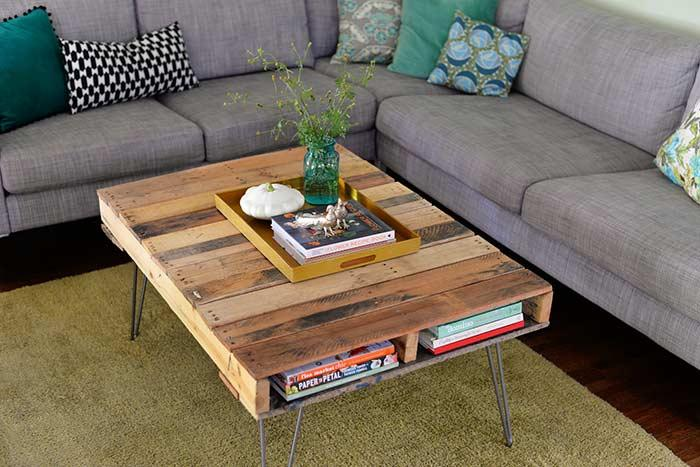 Coffee table with metal feet
