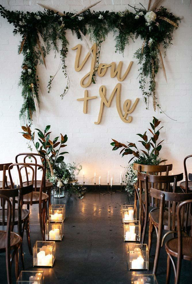 Mini wedding with the right decoration with natural leaves