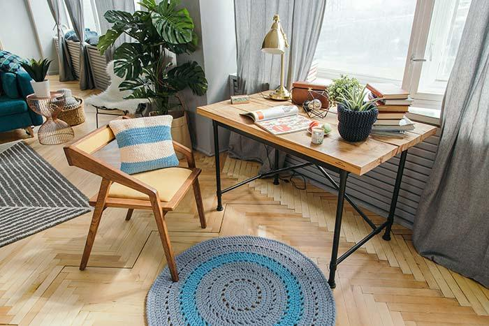 Round crochet rug to decorate your home office
