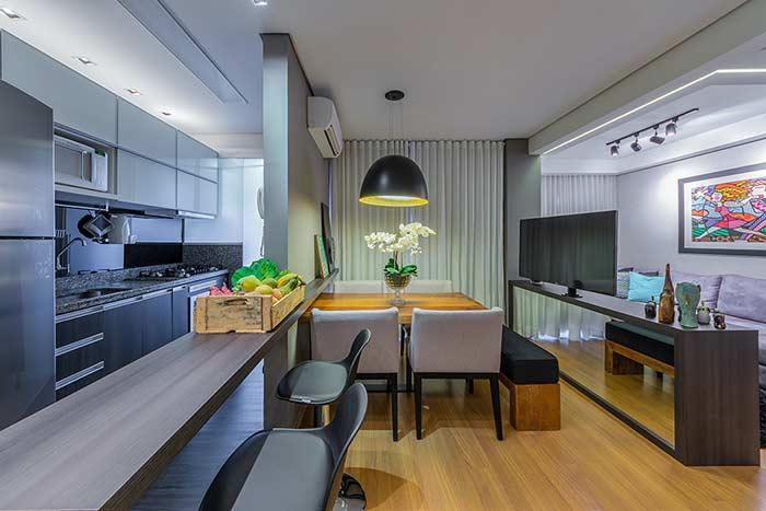 The ivory tone of the floor heats the rooms of this apartment
