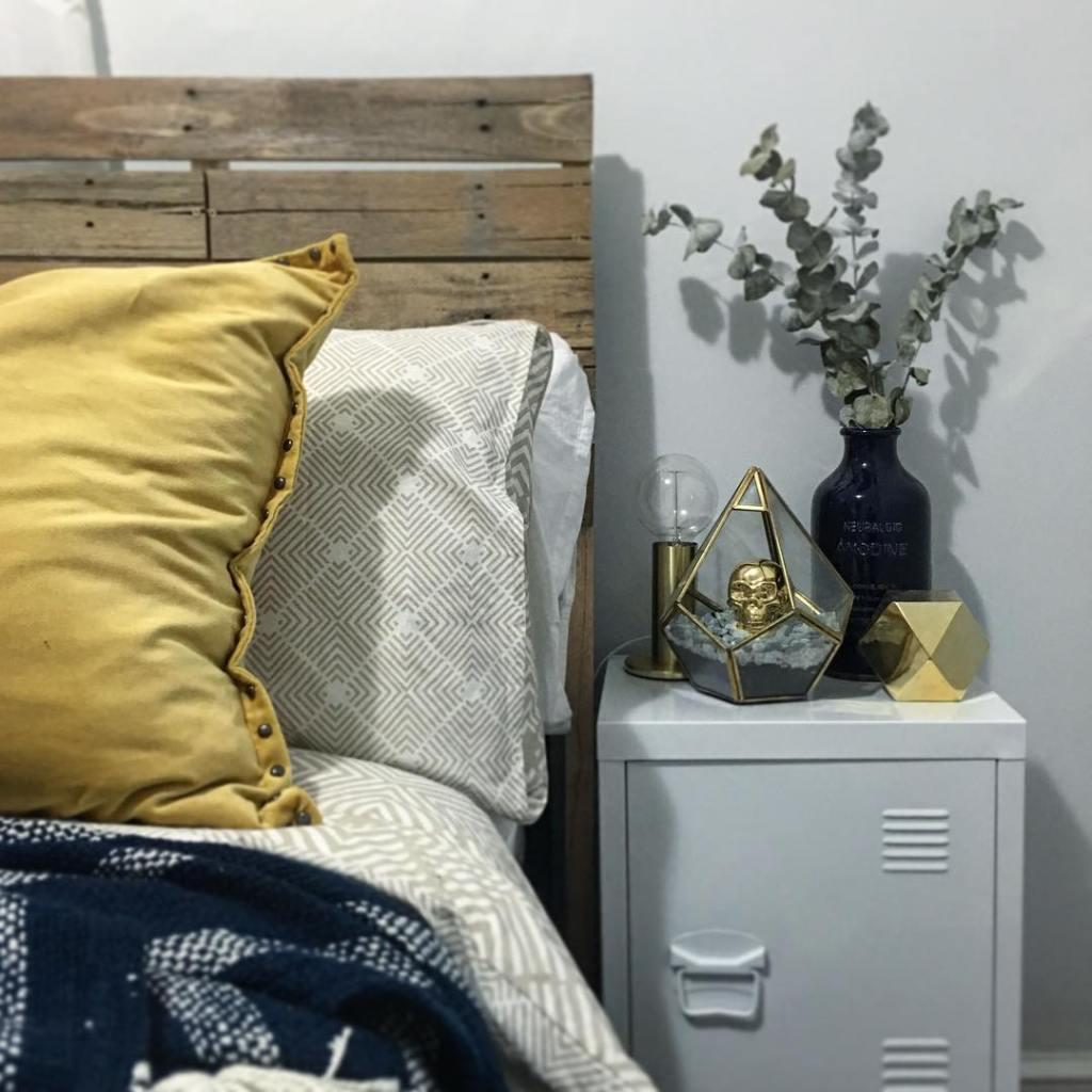 All the charm of a bedroom decor with a pallet headboard