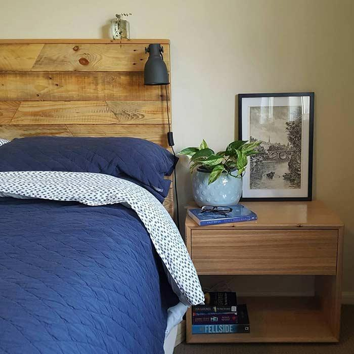 Charming room with a pallet bed