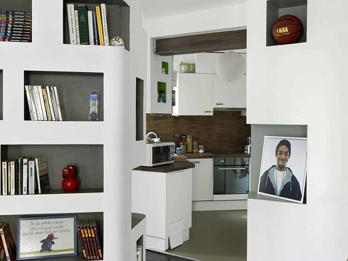 Residence with drywall niches: perfect place to position your books