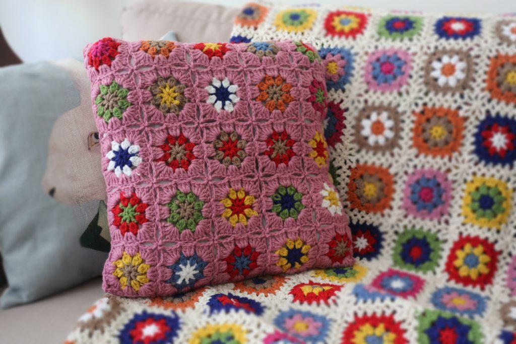 Cushion-of-croche-with-flowers-1