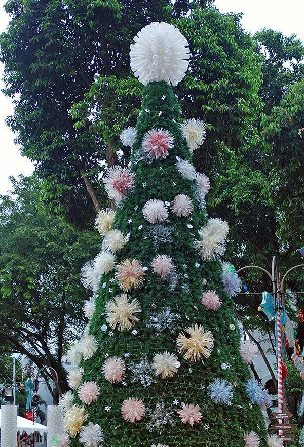 Pet pompoms to decorate the tree