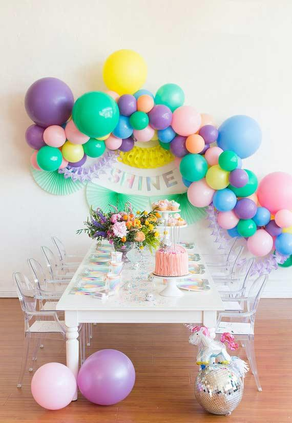 Arrangement on the wall with balloons for unicorn party