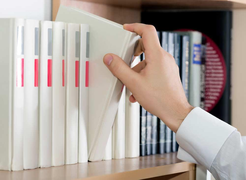 How to organize books: 5 shapes and 11 inspirations of organization 2