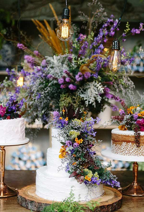 Arrangement as the final touch of wedding cake decoration