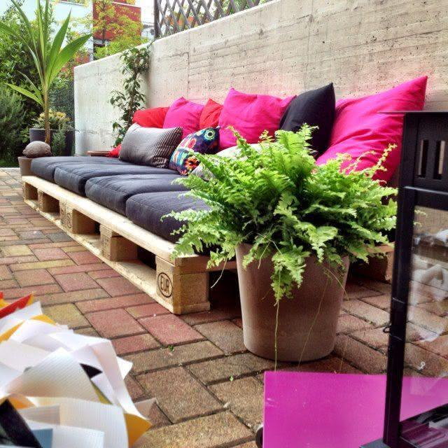 Black and pink pallet sofa
