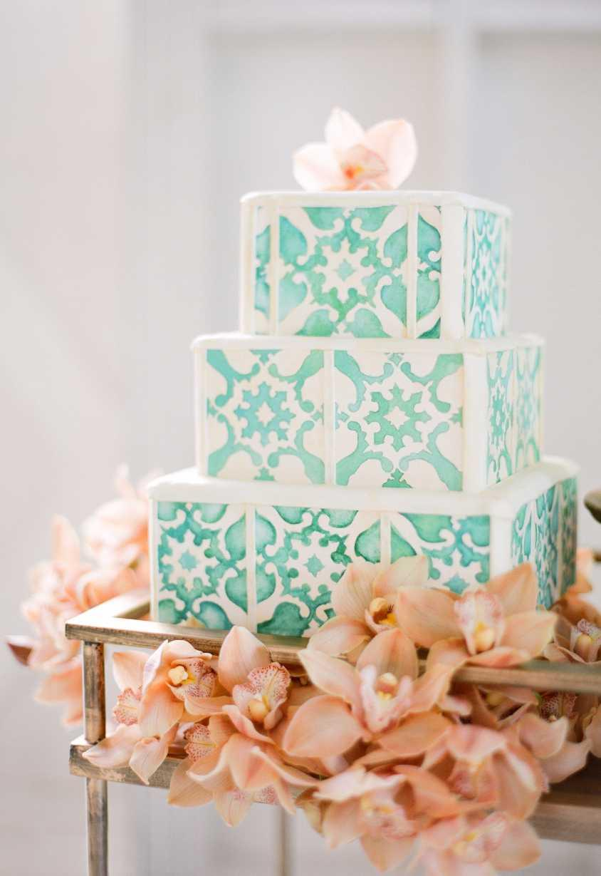 Tradition in cake decoration with Portuguese tile style