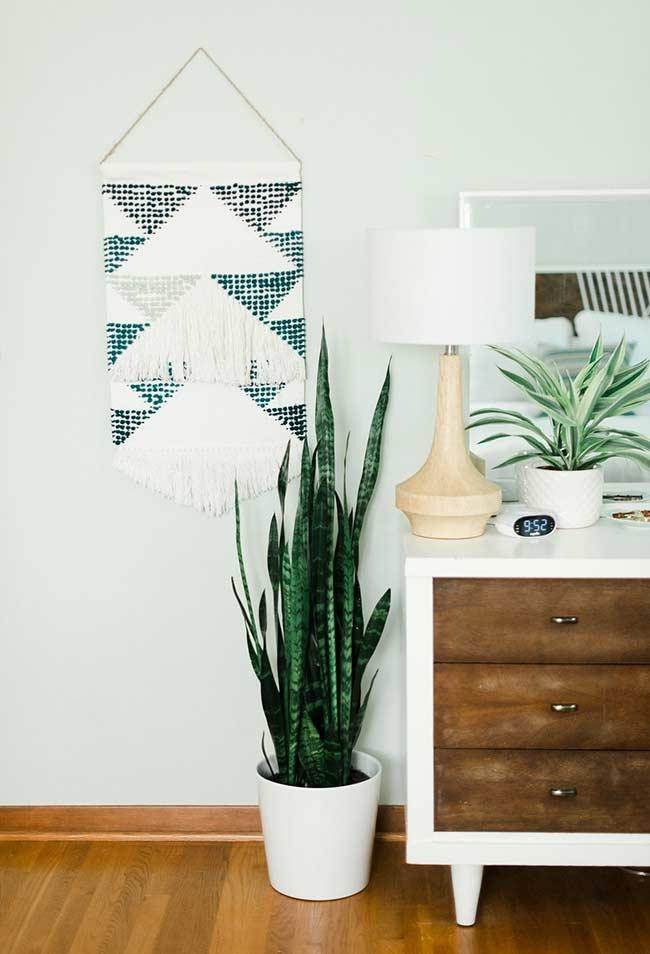 Include the green of the plant in your color palette when you start to decorate your room.