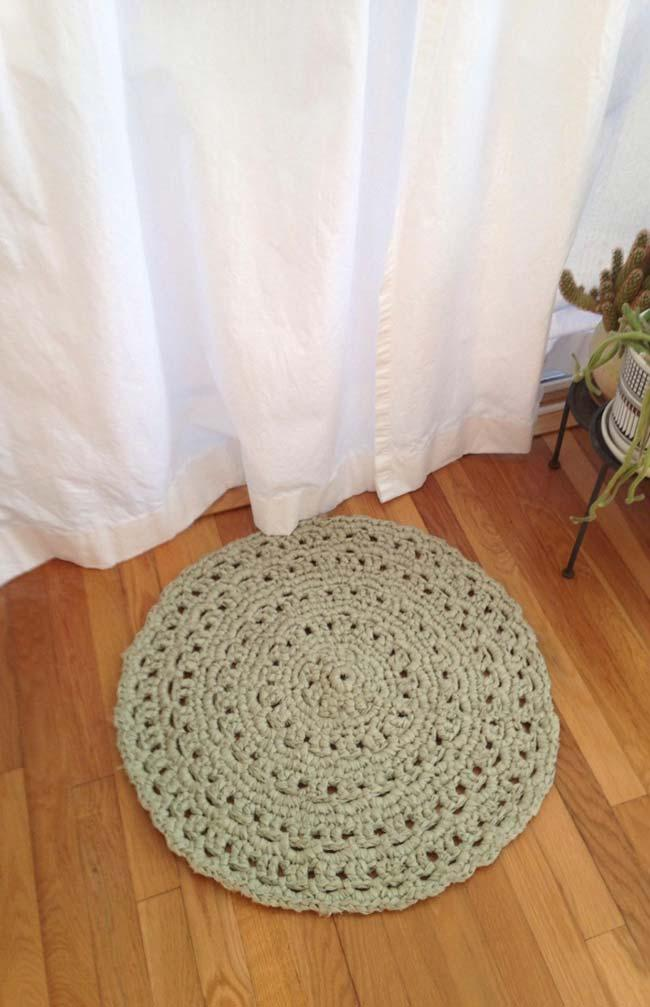 Simple round crochet rug with geometric shapes