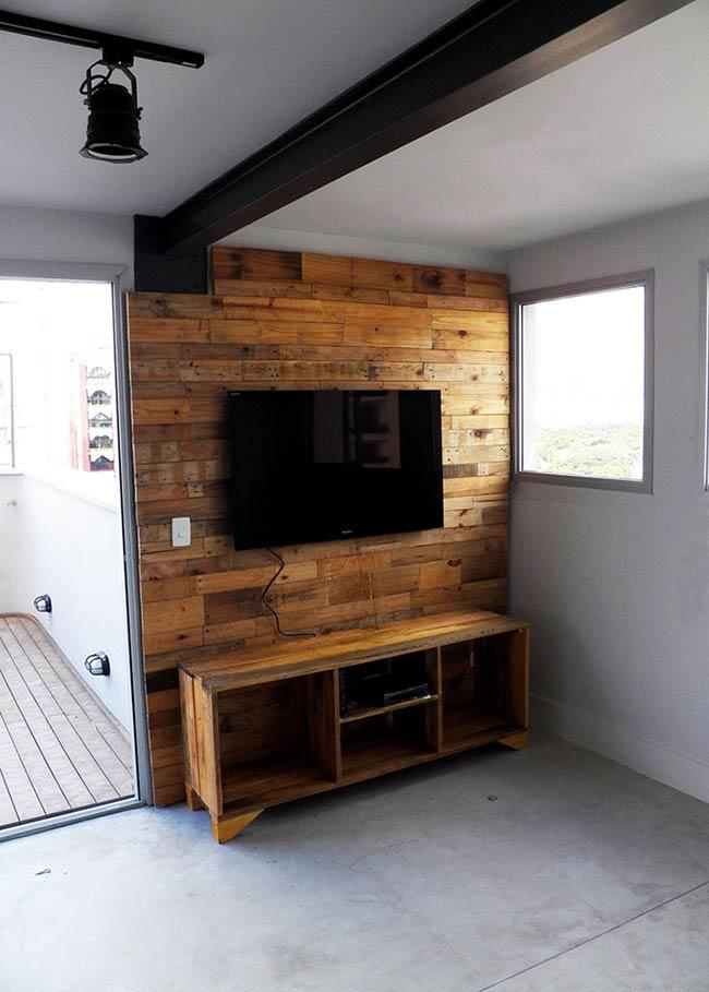 Complete composition for a TV panel with pallet
