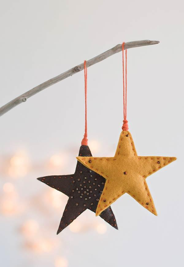 Small stars in felt to decorate the tree