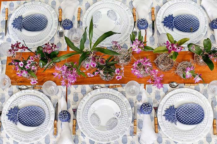 Pineapples decorate this table post