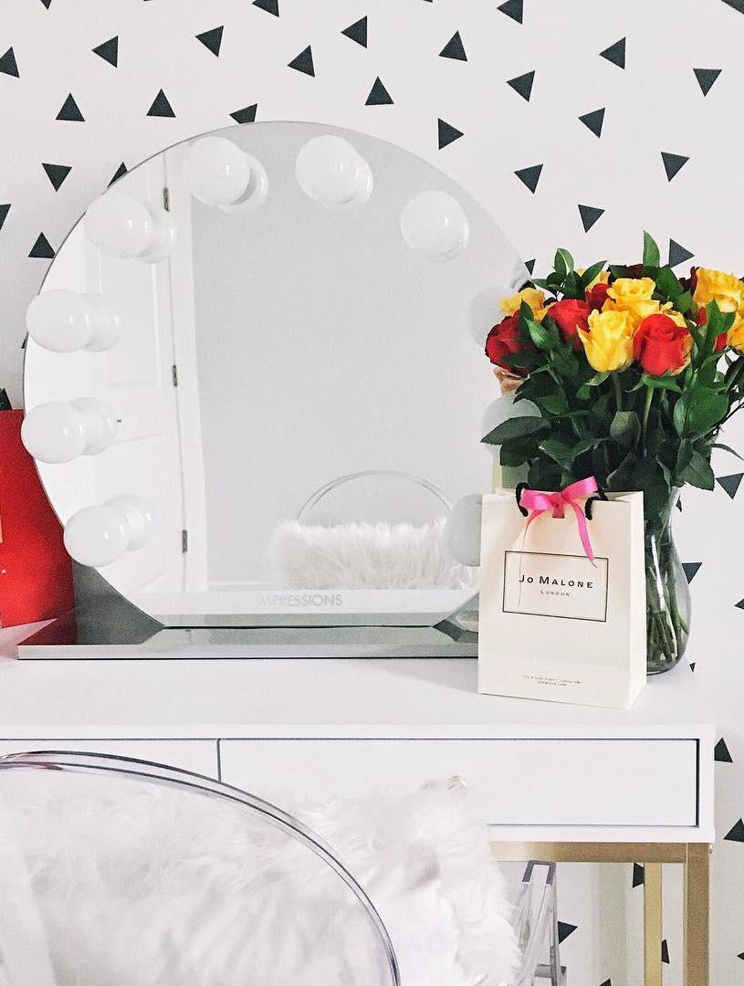 Dressing table dressing table with round mirror