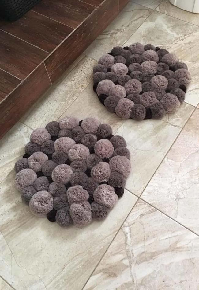 Set of round rugs with pompom