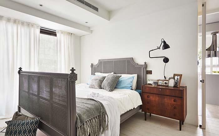 Double room decorated with old and used furniture