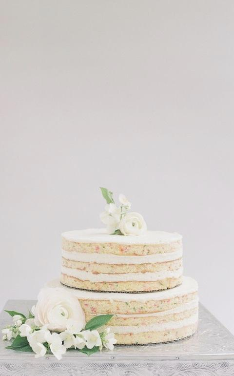 Simple wedding cake with stand