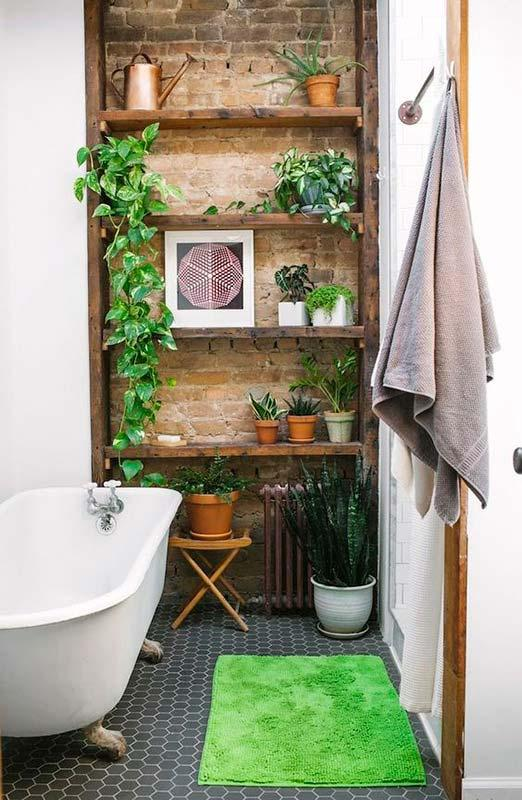 Python in the bathroom guaranteeing a rustic and cozy atmosphere