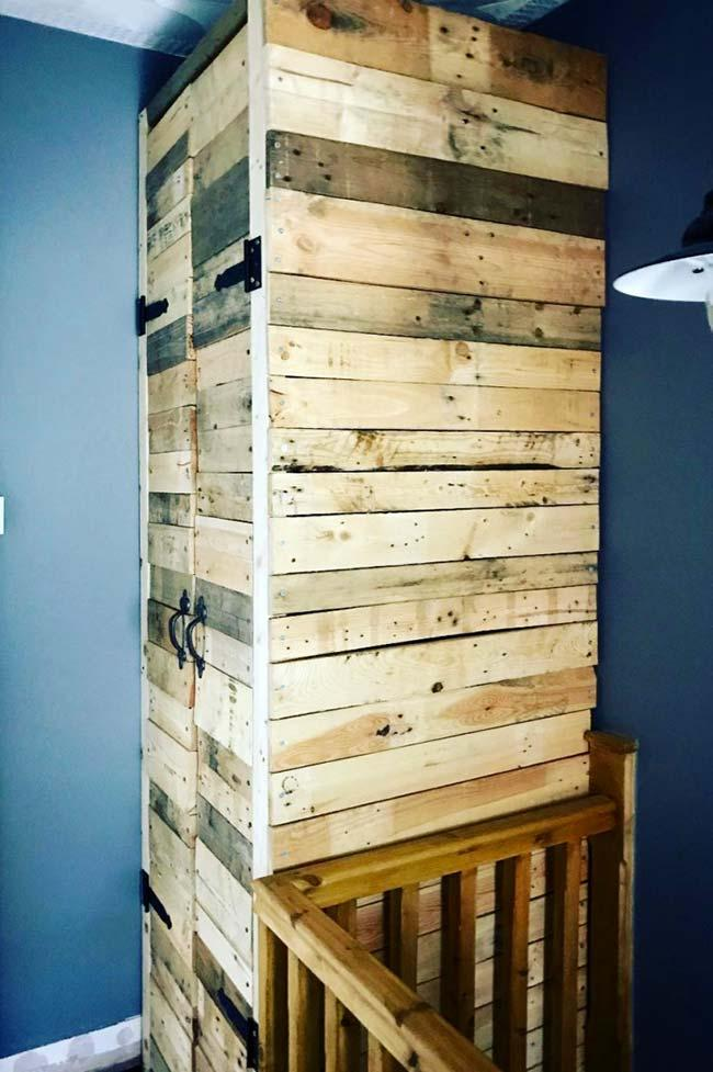 Natural-looking pallet cupboard