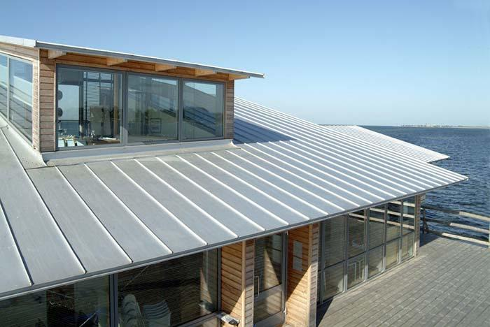 House facing the sea with zinc tile