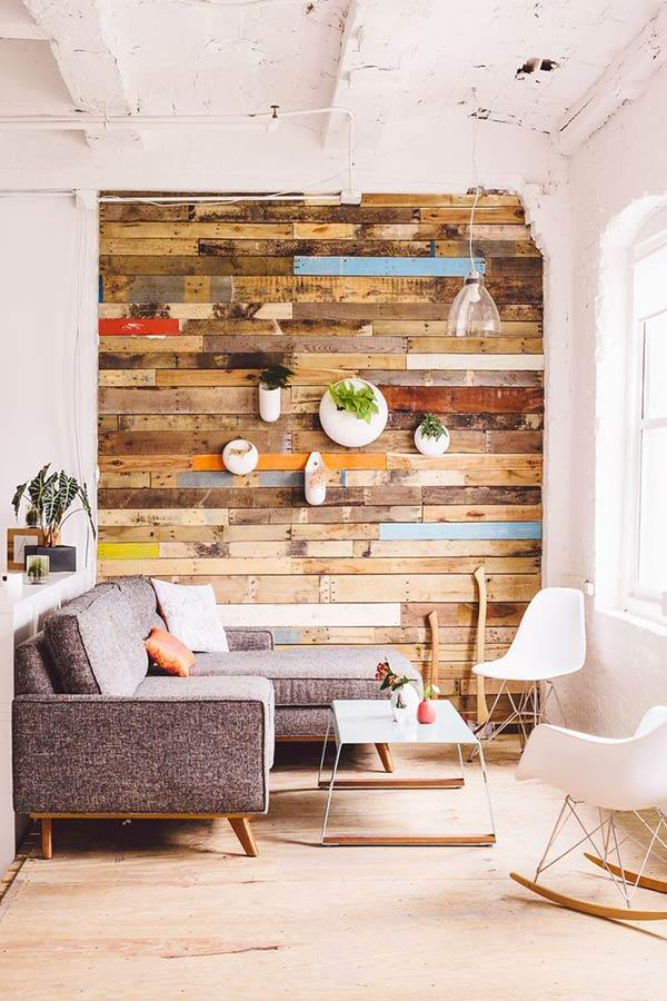Wall with pallet slats