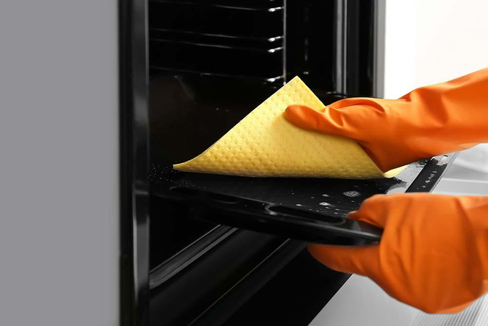 Maintenance and cleaning of the kitchen oven