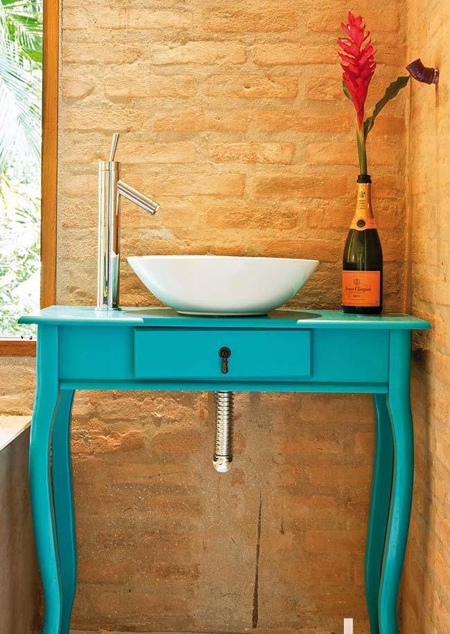 Turquoise blue painted trimmer in the decoration