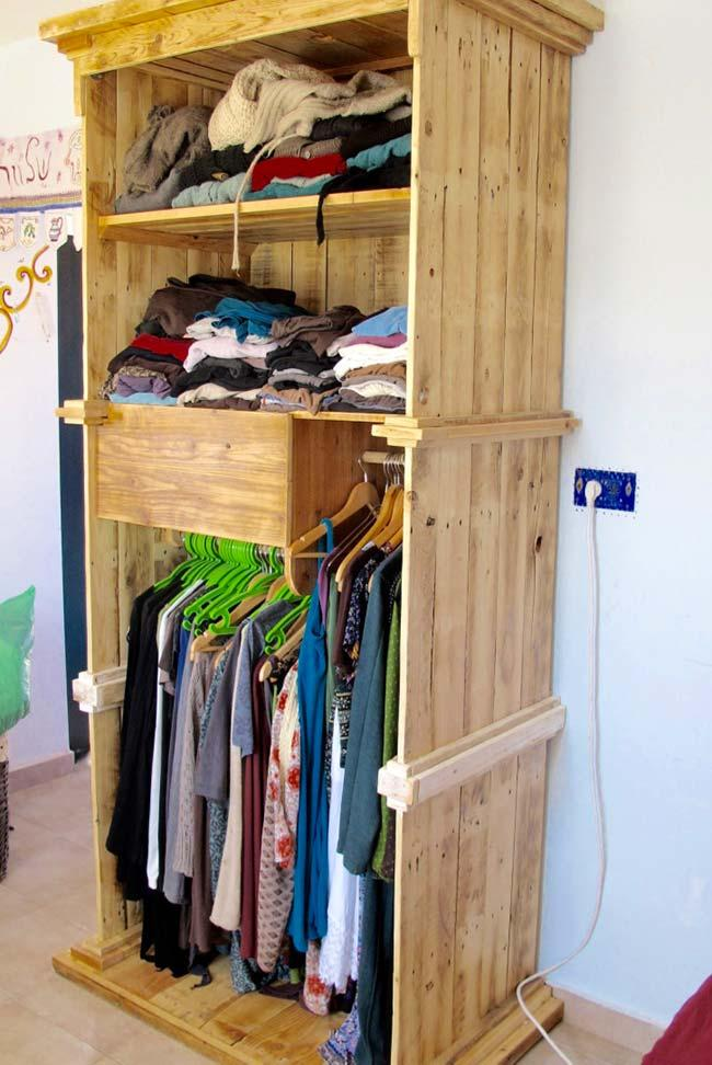 Pallet wardrobe with macaw
